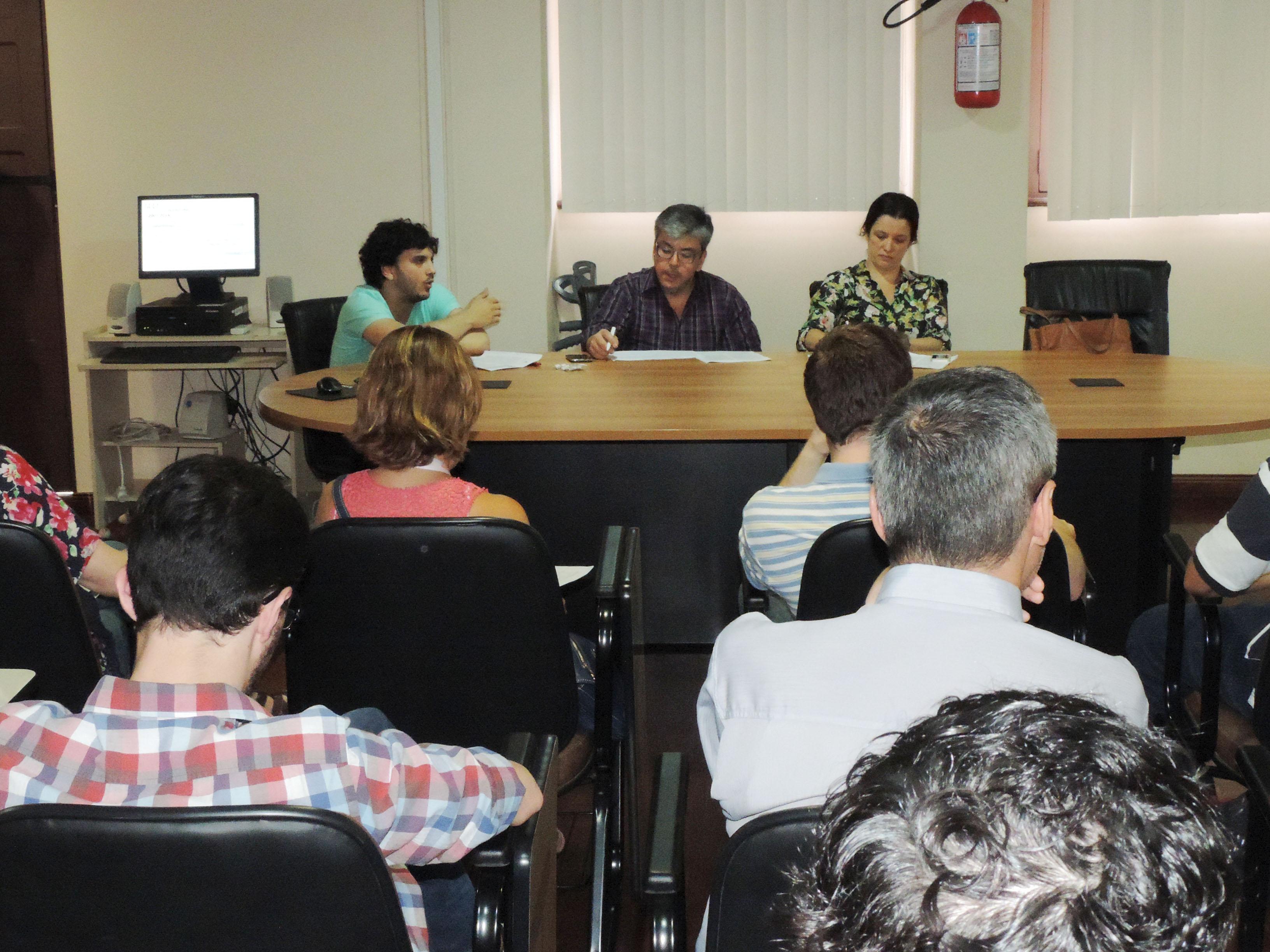 Os economistas da FEE Augusto (E), Guilherme e Cecília apresentam Carta de Conjuntura