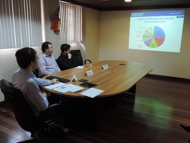 O Tomás Torezani, pesquisador da FEE, Martinho Lazzari, Diretor Técnico da FEE, e Renan  Cortes, Coordenador do Núcleo de Indicadores Conjuntutrais da FEE, durante a divulgação dos índices sobre exportações