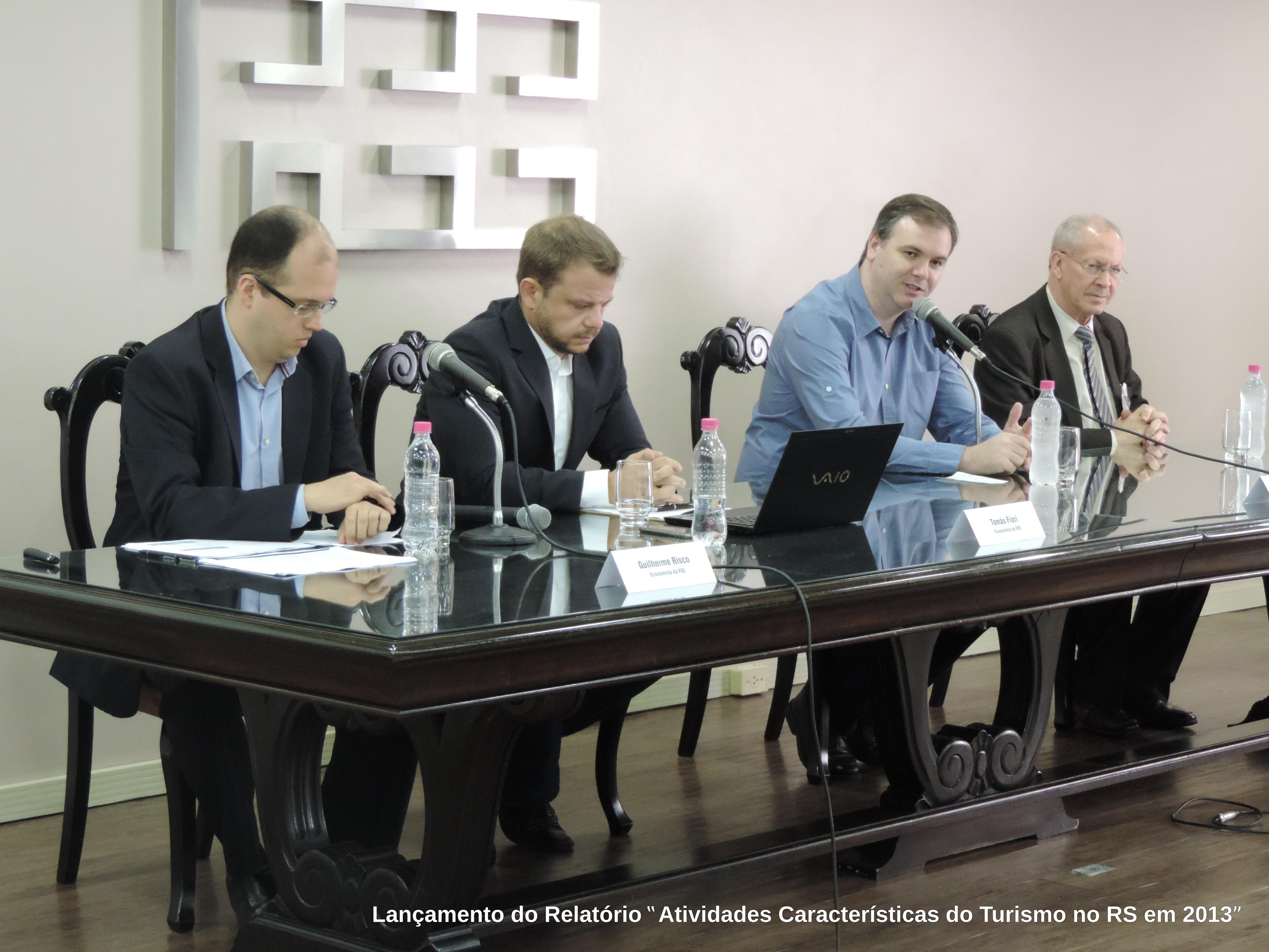 Diretor Técnico da FEE, Martinho Lazzari, dá início a mais um evento comemorativo do 43º aniversário FEE. Ao seu lado, economistas da FEE Guilherme Risco e Tomás Fiori. À esquerda, o Diretor Estadual de Turismo, Abdon Barreto Filho.